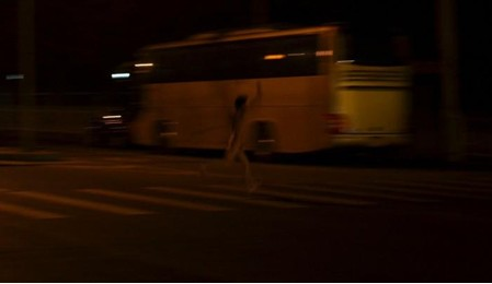 北京街头惊现裸男夹充气娃娃 裸体辣妹紧追不舍