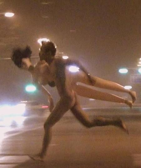 街头惊现裸男夹充气娃娃 裸体辣妹紧追不舍