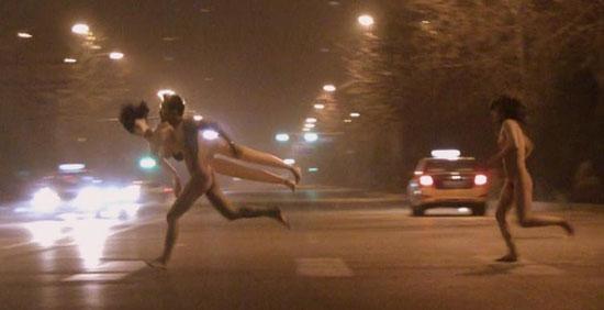 北京街头惊现屌丝裸男夹充气娃娃携裸体辣妹夜市狂奔