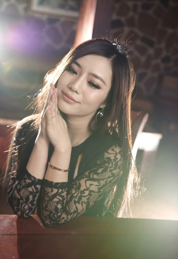 灵动的女孩  惊艳模特  性感美女  靓妹外拍  美女写真  性感蕾丝,乌黑飘逸的长发柔顺的披在肩上,穿着白色高领的古风短袖式连衣裙,领口斜斜的嵌着一枝梅花。
