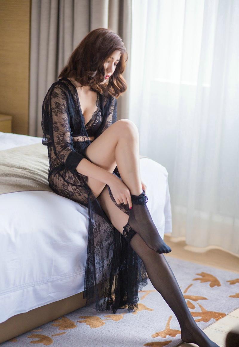 蕾丝薄纱裙美女穿这黑丝袜的性感诱惑