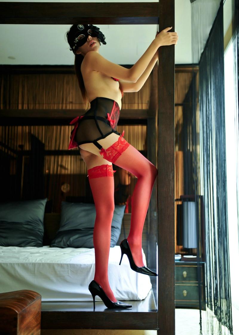 站在床框上的红色丝袜高跟美女妖娆身段极致诱惑