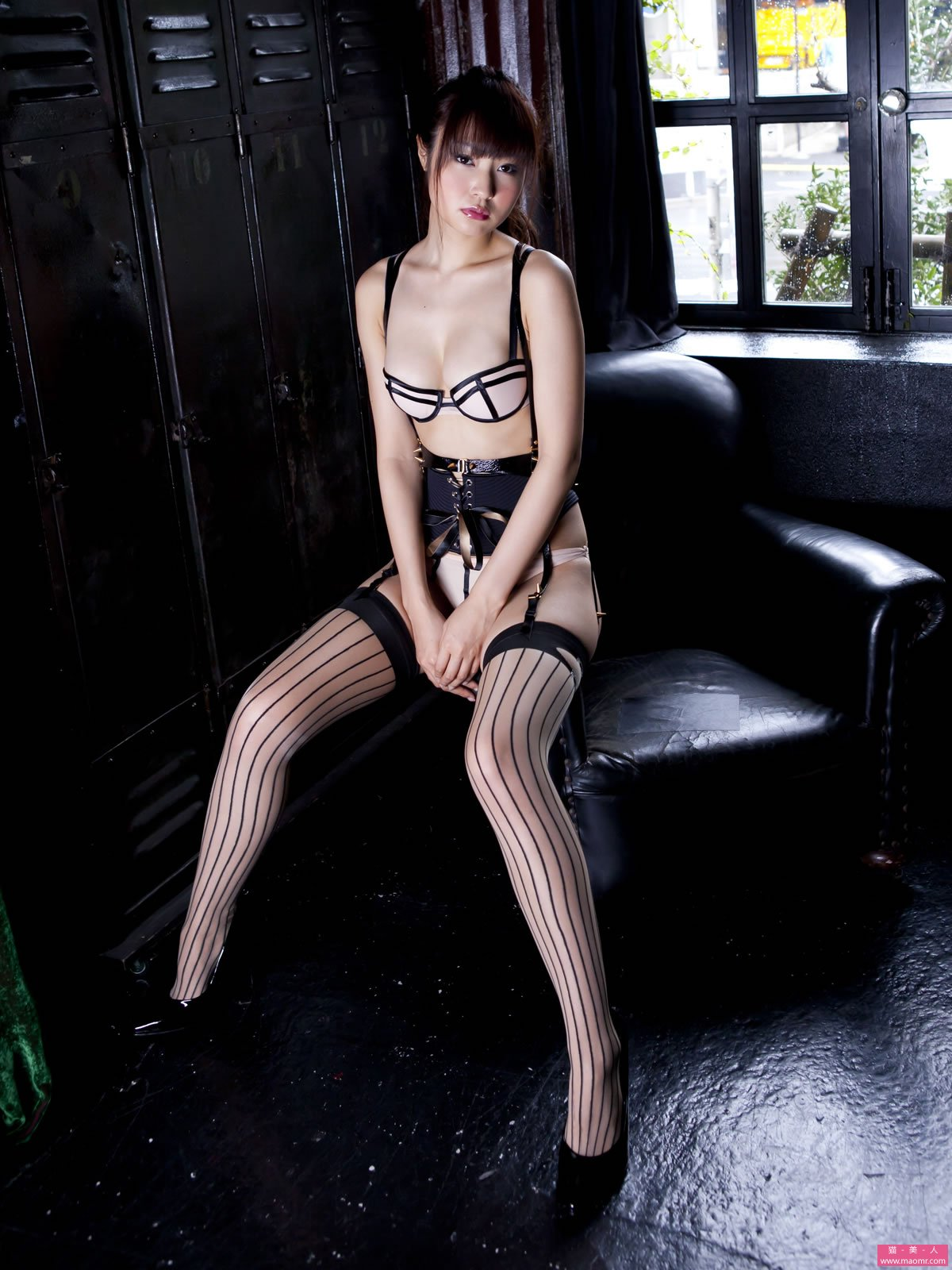重口味吊丝外挑战视觉极限高清美女组图,那时候的我还是很单纯的,哪知道穿个丝袜能在床上有那么大杀伤力 。  我还特意拍照留念了第一次拆开丝袜的时刻。   第一次在寝室拆开丝袜    你说那时男朋友也喜欢