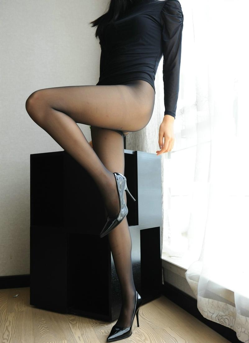窗台边性感的露底黑丝高跟美女风骚迷人