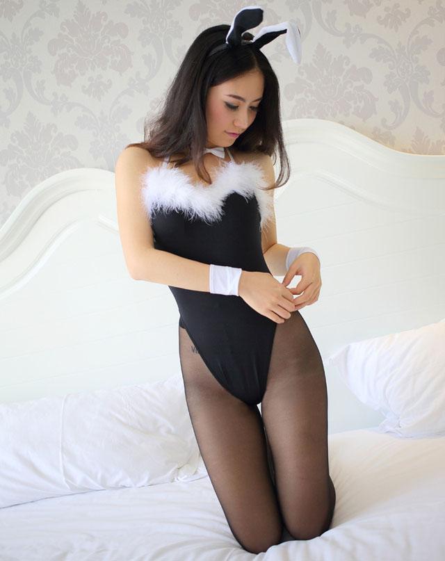 """性感黑丝兔女郎美腿气质翘臀迷人,她拆开一只避孕套,一边捏住下面,慢慢套进自己的手指,一边解说:""""乡亲们,这样,先挤挤,排出里面的空气,再套进去哈。注意正面反面啊,整反了是要滑下来的啊!"""""""