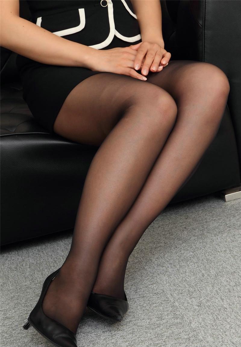 日系靓丽成熟秘书黑丝袜美腿办公室诱惑写真,别说在校 的大学生,就是毕业的大学生,还不是有很多出来做小姐的?