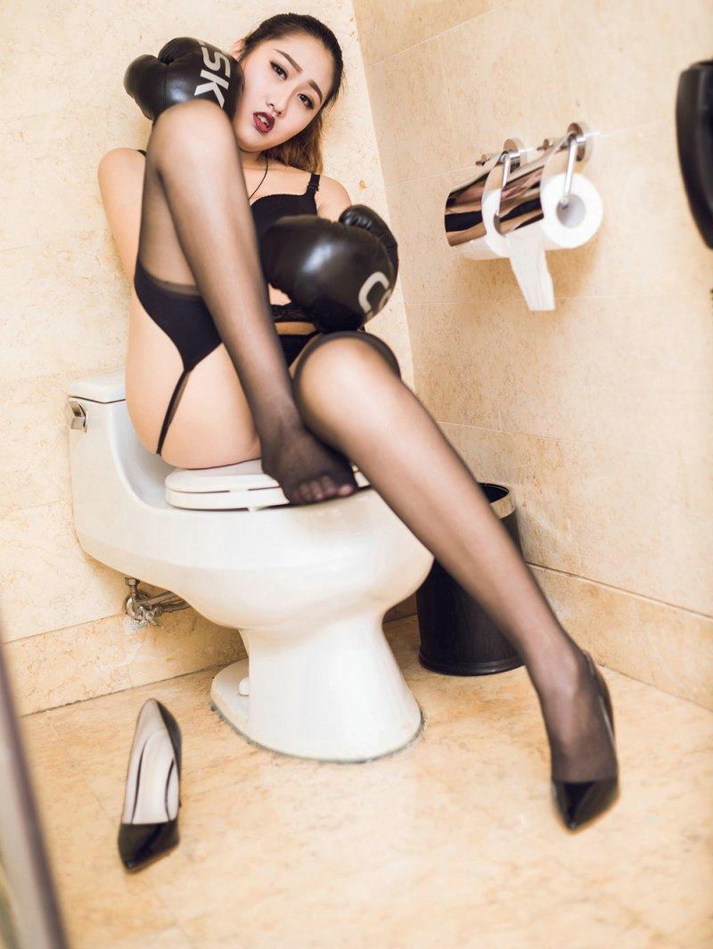 """内衣美女大树浴室内吊带黑丝美胸长腿诱惑写真,""""有什么不方便的?""""陈美姗笑着一把把何峰拉进门,又拿出拖鞋帮他换上,她自己也脱掉了高跟鞋。她把何峰领到客厅,对他说:""""你先坐一下,我去换件衣服。"""""""