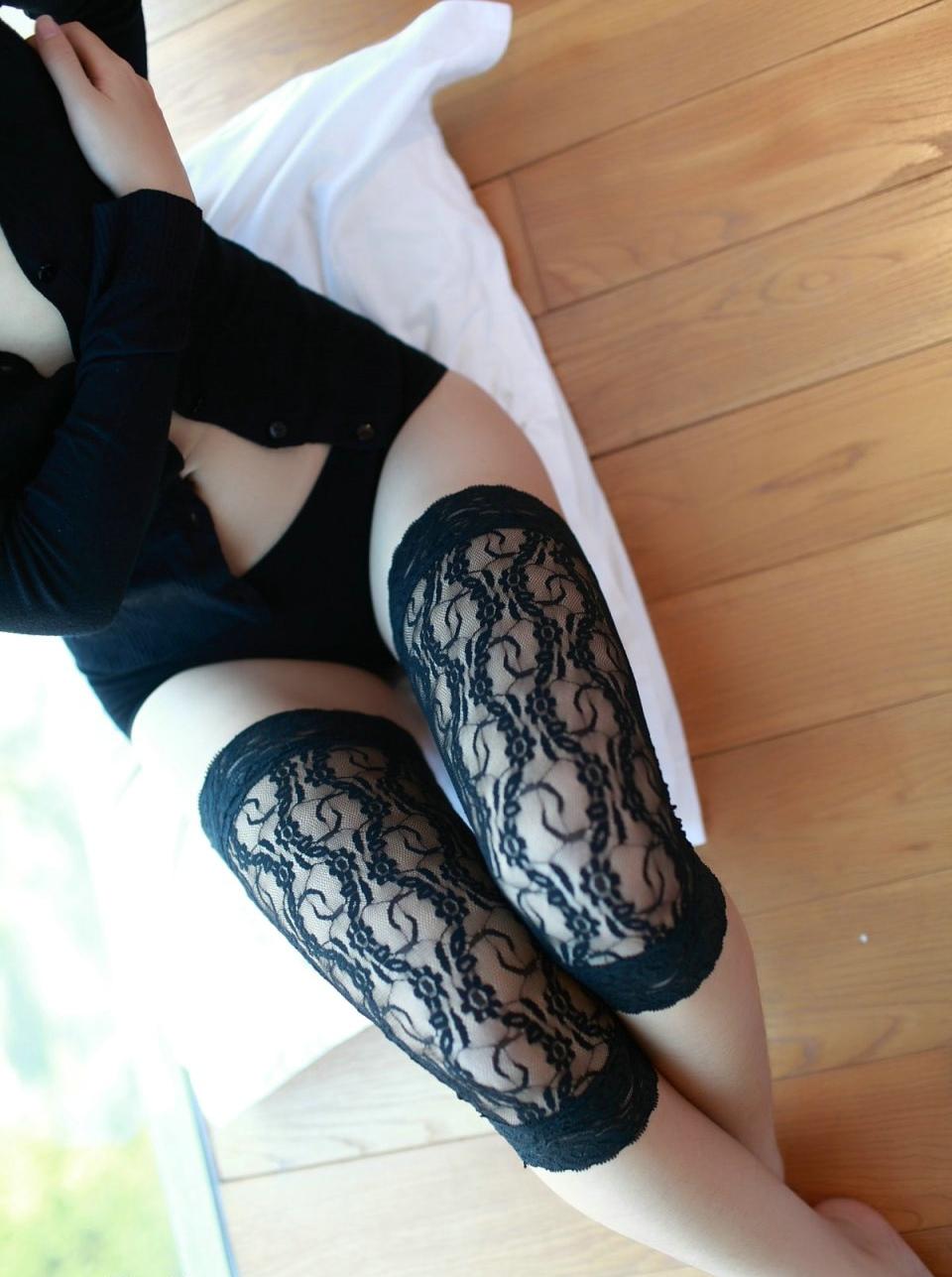 诱人美女的蕾丝裹腿膝盖袜私房写真