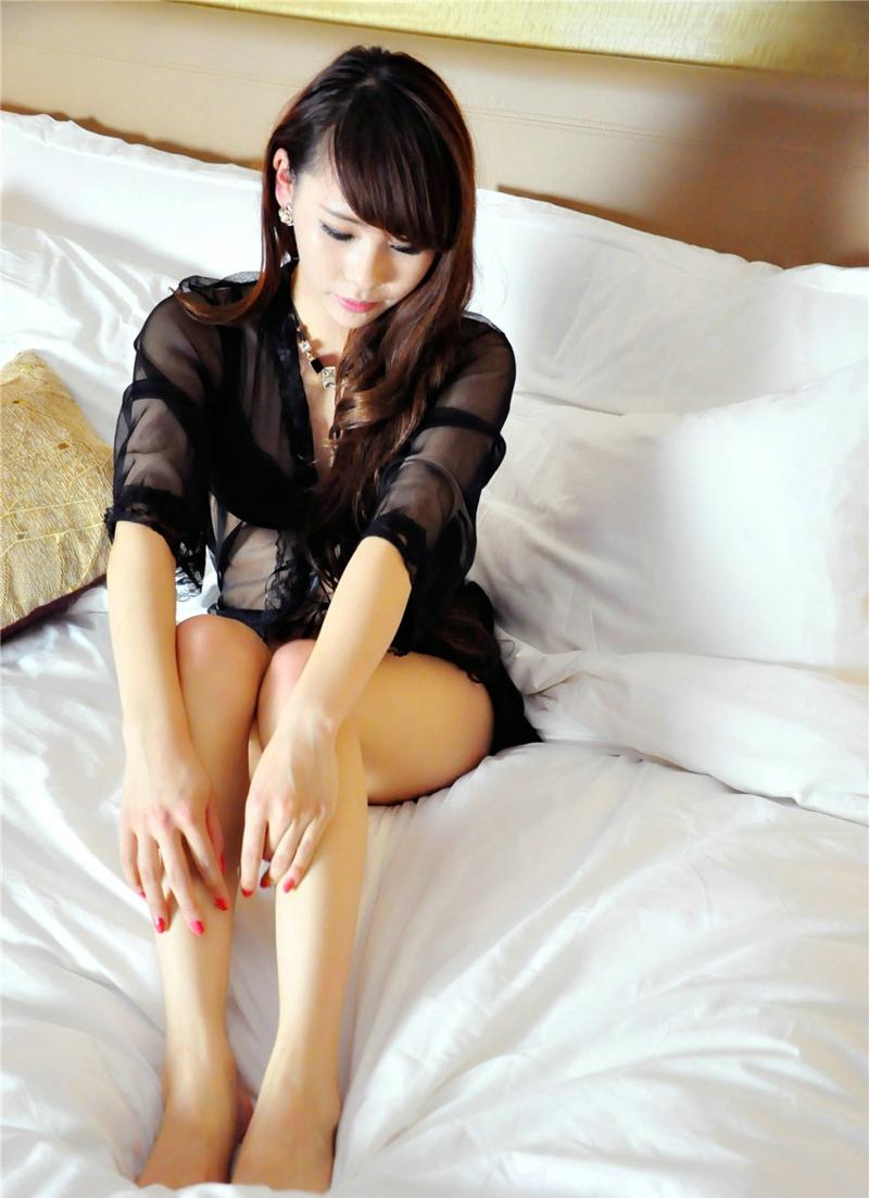 床上妖娆美女白皙美腿妩媚动人