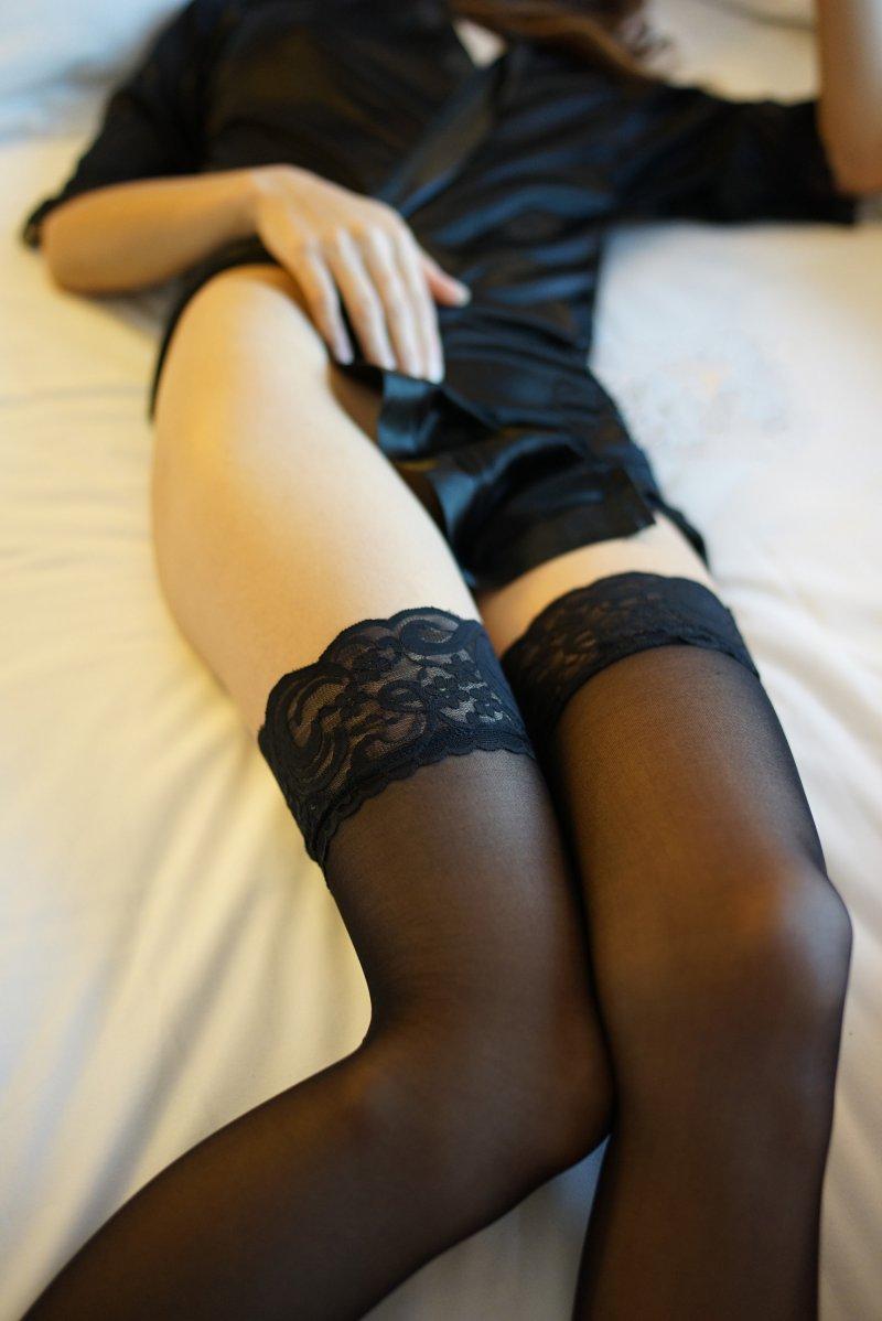 性感睡裙丝袜美女极品长腿,或许是酒精的作用,一回来,余艳就把丁平的衣服扒光,在丁平的迷迷糊糊中,把他拖到卫生间,冲了个澡,然后扶着他回到床上。