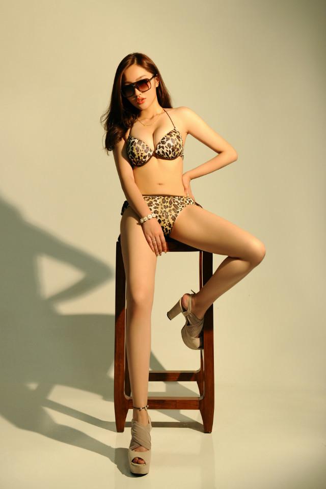 性感豹纹比基尼美女长腿妖娆诱惑写真,她只觉得心跳加快、脸色发红、体内的火越烧越旺,下身已经湿湿,那水流凉凉的在自己腿上向下流