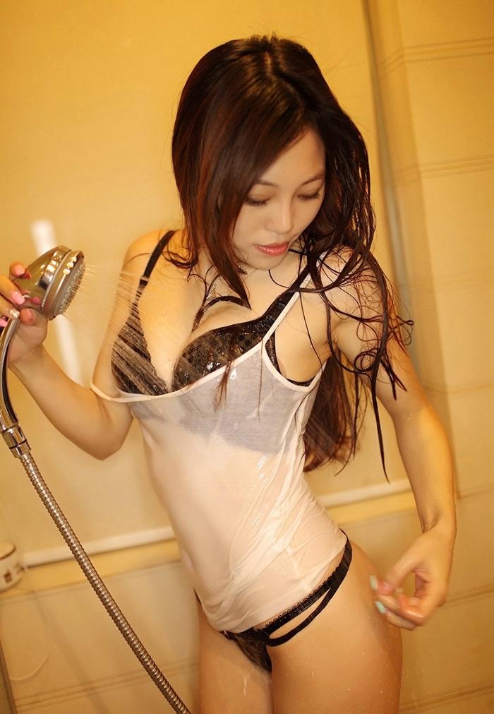 寂寞少妇的私房浴室湿身诱惑,姐姐啊!姐姐!你的诱人情狂的阴户已完全裸露,叫我怎能不性奋?