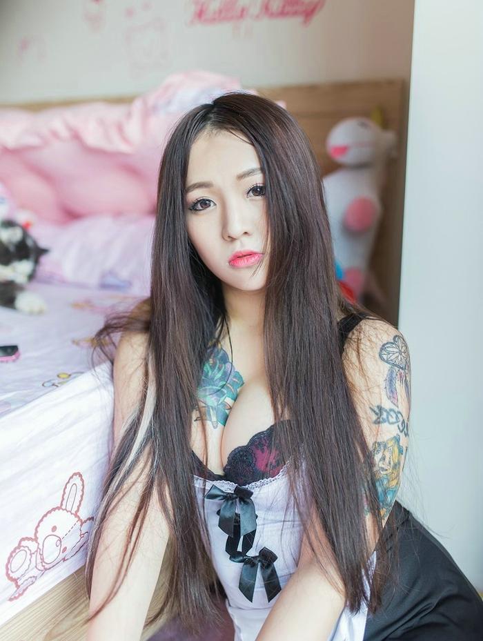 性感甜美小妹室内女仆装爆乳写真
