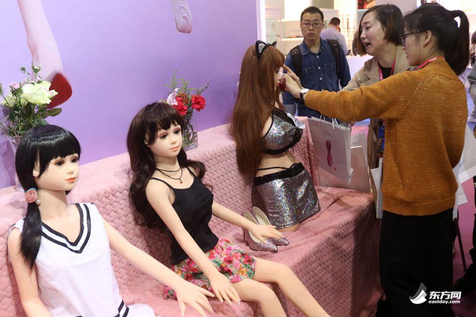 2017中国国际成人展开幕 人气女优现场签售 13
