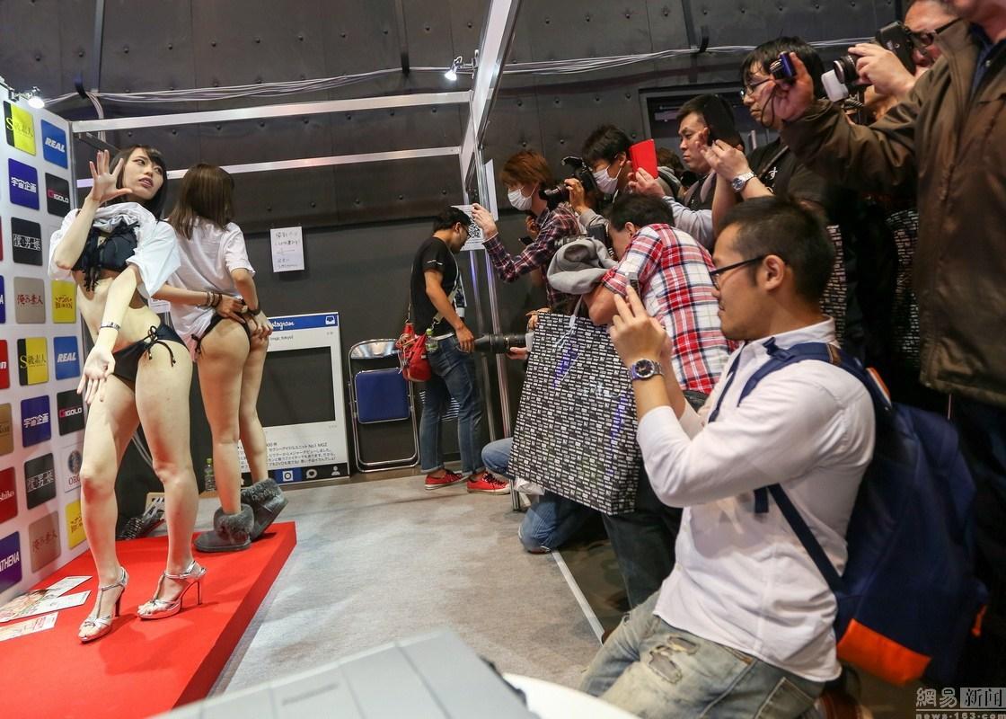 日本成人展 上百AV女优大尺度献身人体艺术互动
