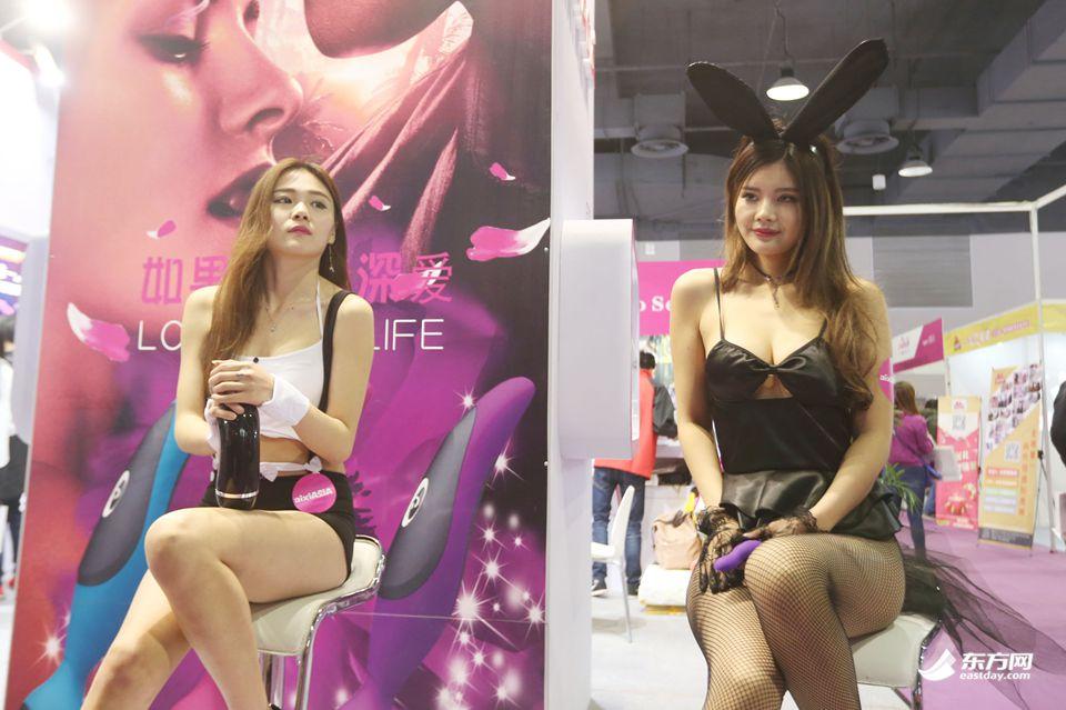 2017中国国际成人展开幕 人气女优现场签售 9
