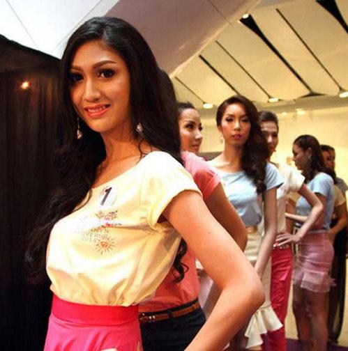 泰国人妖选美 泰国人妖皇后图片 泰国人妖下半身图片。泰国旅游的中国人都想看看这人妖究竟长什么样子,不曾想比真正的女人还要美。