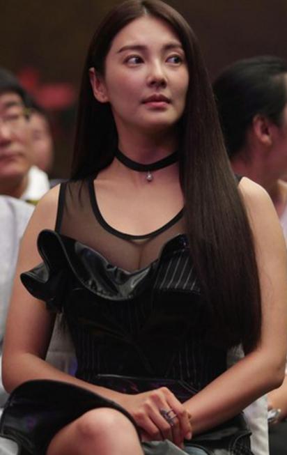 张雨绮出席某活动,一身黑裙打扮女人味十足。尤其是那美腿和大胸