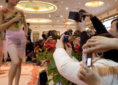 武漢首次將人體模特搬至舞臺 模特裸體走秀(圖)