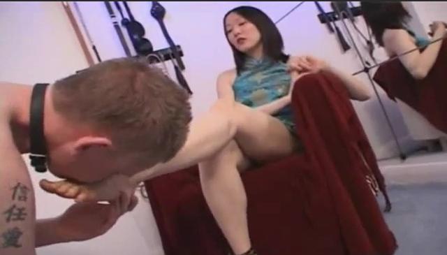 女犬身后有一个假棒棒,不过那个假棒棒很软,妄图把身体的重量靠假阳 具来支撑是不可能的。不过,这点女犬是不知道的。当她好不容易把小岤插入假 棒棒的时候,却发现完全没用,自己还得不得不抓住那个该死的吊环…