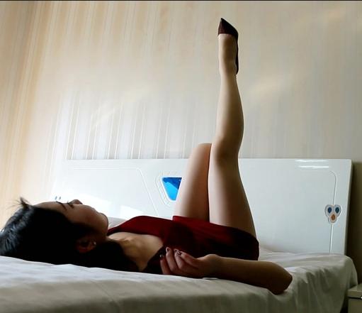 曼妙丝袜美腿 - 贴图专区,他畏手畏脚的拿起了我的丝袜,一个人蹲在床边上摸来摸去,又是亲又是闻。直到现在我都不能接受,实在是太猥琐了。