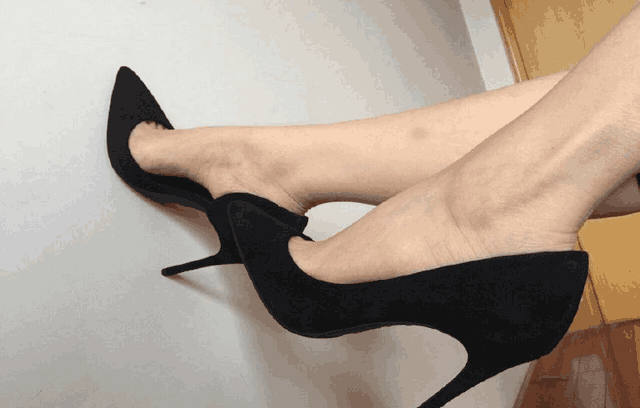 有人说女人的文雅是由一双高跟鞋决定的!厚厚的防水台和高高的细脚根。固然纤细长腿是各人都存眷的,但是高跟鞋让脚丫更具魅力