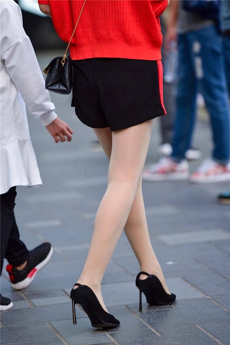街拍红衣肉丝袜高跟辣妈,真看不出女儿都这么大了,身材窈窕,双腿匀称丰满,配合肉丝更显完美 小女生拍照姿势 性感美女福利