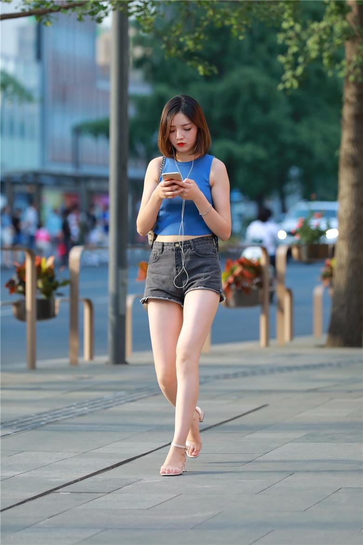 女人21种拍照姿势,街拍皮肤白皙的大美女,一双裸腿圆润白嫩,完美侧颜杀,磨砂感十足的灰裤袜美女,别具一番优雅知性