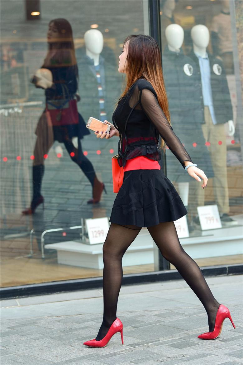 街拍黑丝的魔力在于,穿上它你就是全场焦点,红色高跟鞋黑丝墨镜美女,全条街就她最亮眼 性感紧身美女 人多拍照的姿势大全