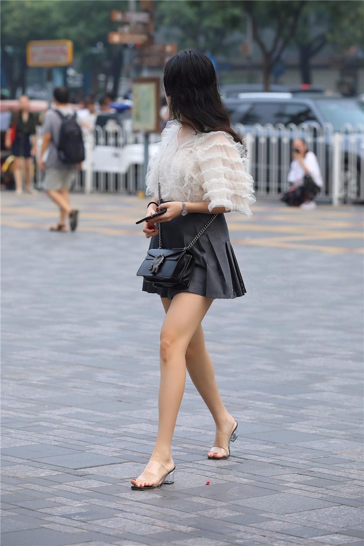 泡泡装百褶裙,脚踏水晶高跟好似童话里走出的公主,侧颜很高的黑丝美妇,风韵犹存,雪纺短裙配肉丝非常诱人,邻家小妹的感觉