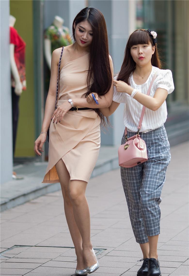 街拍时尚电眼高跟女郎,堪称大家闺秀,高个的小姐姐还是很可爱的,一身素色的连衣套裙,搭配银色高跟,成熟女人风采