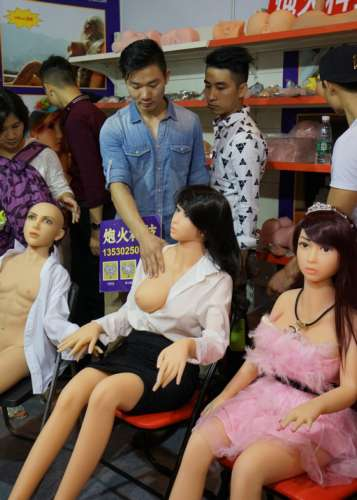 性文化节市民揉拧情趣娃娃 店家大喊:别太投入,鲜为人知的情趣用品发展史,成人用品店怎么买东西 成人用 上海成人用品展会