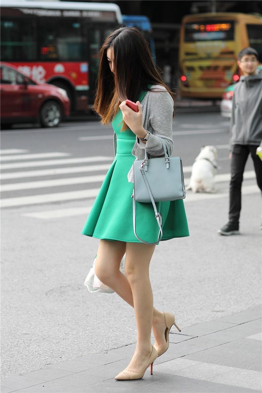 好看的拍照姿势大全 美女人体内拍街拍极品绿裙小姐姐骑单车的美景,属于几A级呢,性感又活力的黑丝小姐姐,很有日本妞的味道