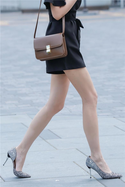 街拍骨感九头身短裙美女,腿是真的长,三个人的拍照姿势大全 性感美女后入前凸后翘的连衣包臀裙小姐姐,这样的身材回头率爆表