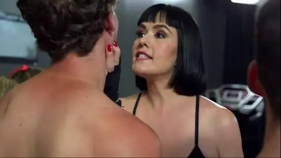 这位施虐女王提着小皮鞭,要调教你练腹肌…教你如何在家玩出五十度灰,性感内衣小皮鞭