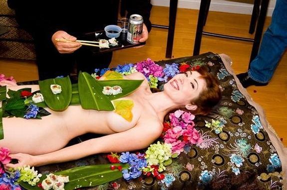 女体盛PK情趣旅馆 看日本变态的重口味文化,日本变态传统——处女裸体的盛宴