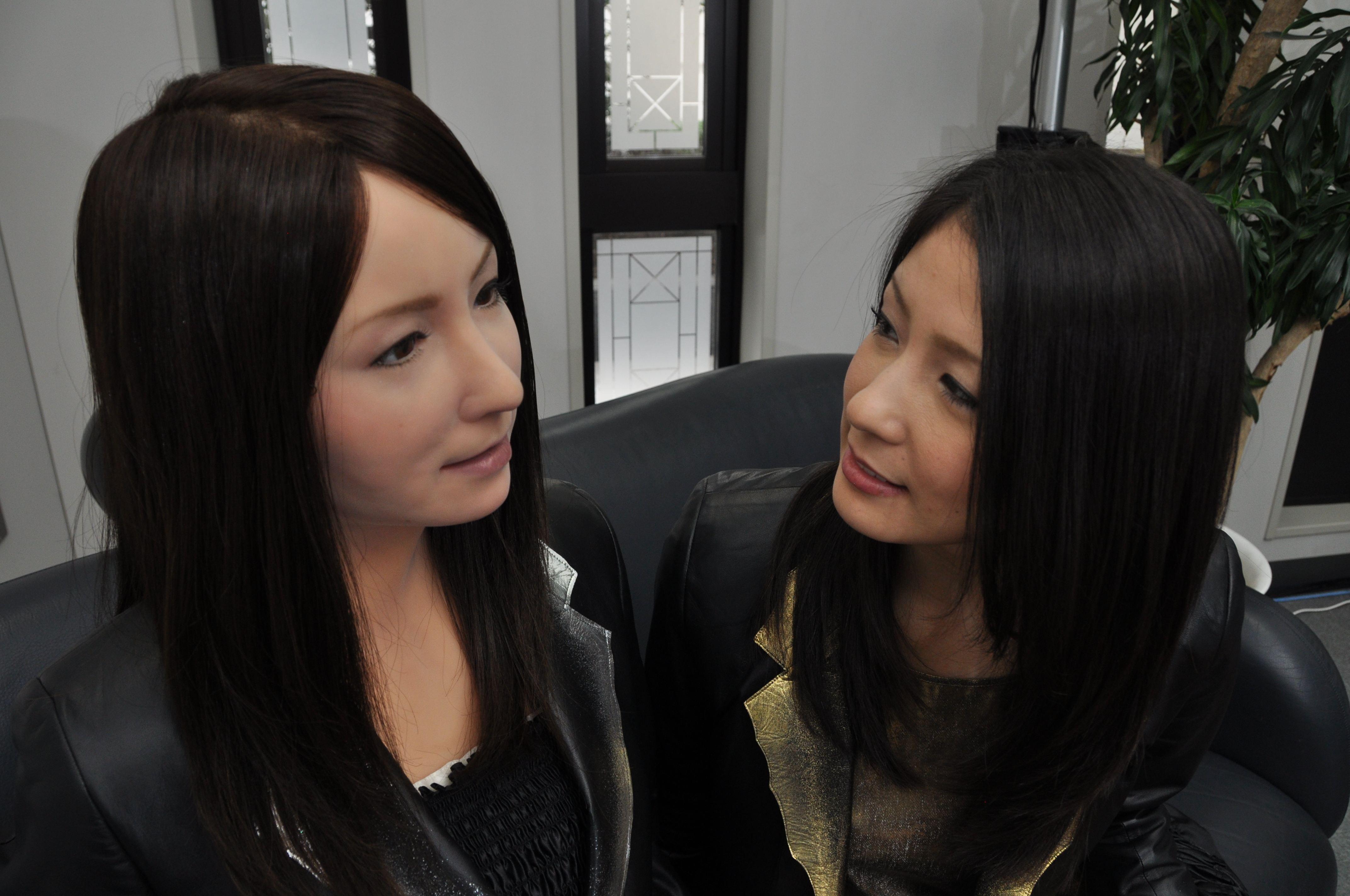 """日本""""妻子""""机器人到底多""""逼真""""?日本机器人妻子功能强大,身体内藏有奥秘,脱去硅胶一清二楚,网友:像极爱情"""